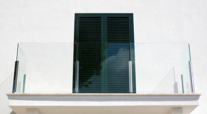 szklanej balustrady