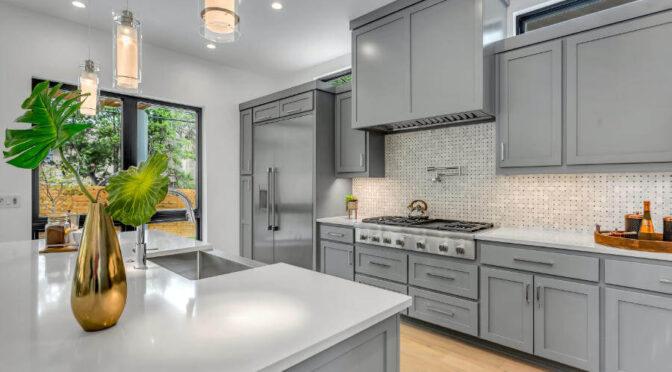 Szklane panele i ich przewaga nad płytkami w kuchni